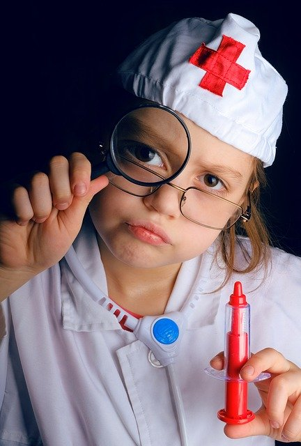 Niño haciendo de doctor con estetoscopio