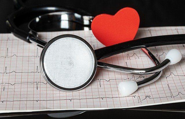 Escuchar corazón con estetoscopio